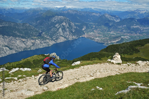 Staande foto Fietsen Mountainbiker at the trail near Garda Lake,Italy