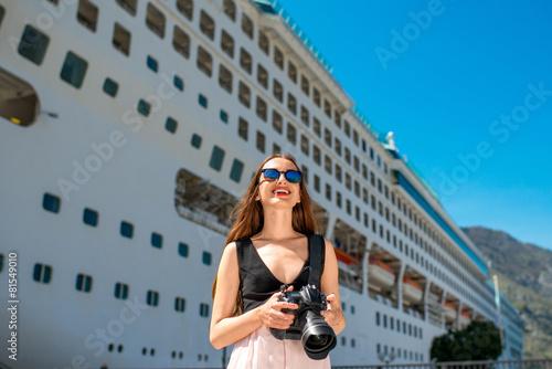Fotografía  Turista de la mujer cerca de la gran crucero