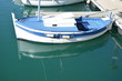 weiß-blaues Fischerboot im Hafen