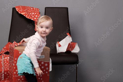 Fotografia, Obraz  mädchen beim geschenk auspacken