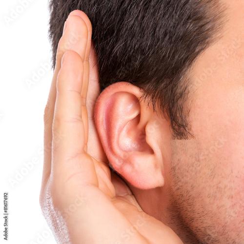 Foto  Hand am Ohr, das auf ruhigen Ton hört