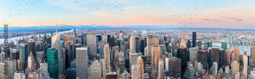 Panoramę Nowego Jorku z miejskich drapaczy chmur o zachodzie słońca.