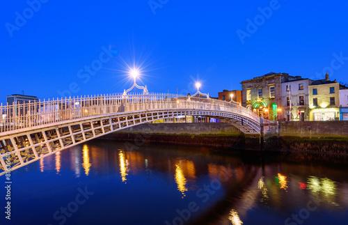 Photo  Ha'penny bridge Dublin Ireland