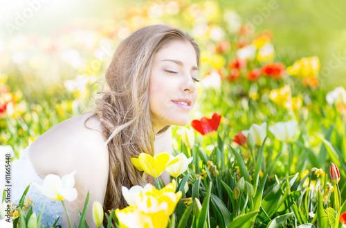 Cadres-photo bureau Jaune junge hübsche frau in der natur wiese