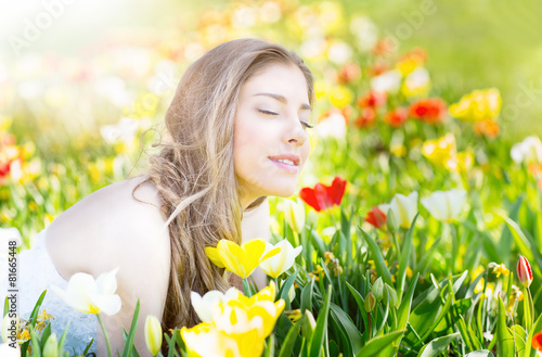 Deurstickers Geel junge hübsche frau in der natur wiese