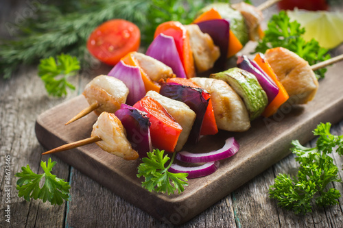 Photo Grilled chicken and vegetable kebabs