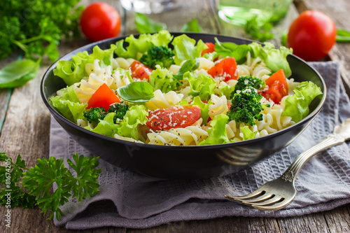 Photo  Pasta salad with cherry tomatoes and broccoli
