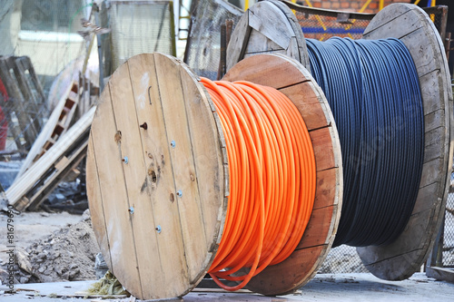 Fotografía  Wooden coil of electric cable on construction site