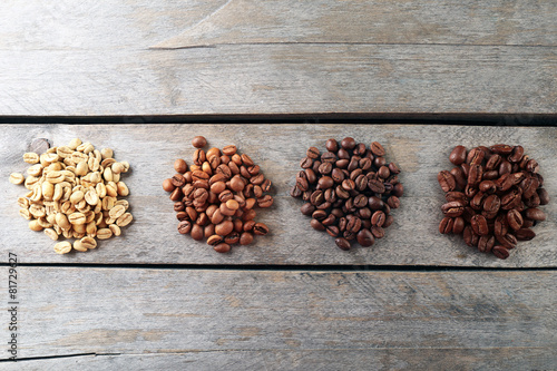 Foto op Canvas Koffiebonen Coffee beans on wooden background