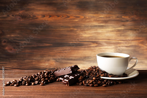Salle de cafe Cup of coffee with grains on wooden background