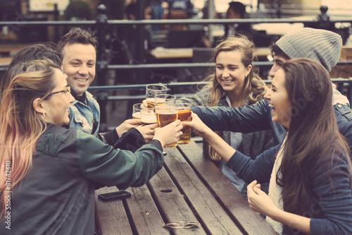 Fotografie, Obraz  Skupina přátel si pivo v hospodě v Londýně