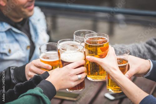 Fotografía  Grupo de amigos disfrutando de una cerveza en el pub en Londres