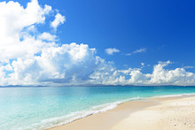 南国沖縄の綺麗な珊瑚の海と夏空