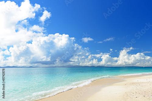 Photo  南国沖縄の綺麗な珊瑚の海と夏空