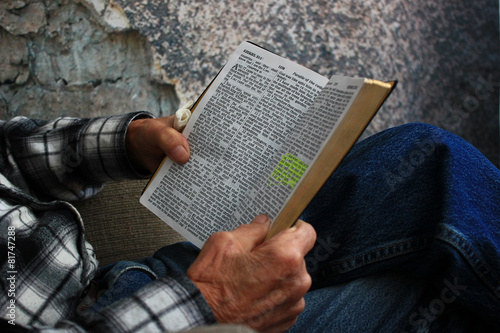 Old Man Reading a Bible Fototapet