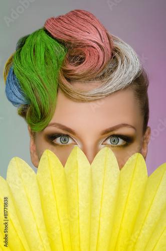 portret-powabna-kobieta-z-kolorowym-makeup