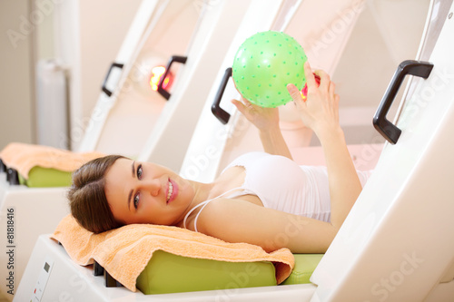 Photo  Young woman on Thermoslim therapy exercise in capsule