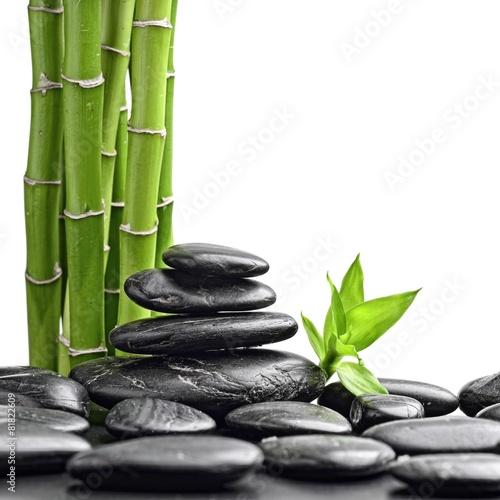 czarne-bazaltowe-kamienie-zen-przed-lodygami-bambusa