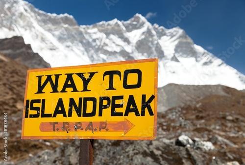 Obraz na plátně  signpost way to Island peak under Lhotse peak