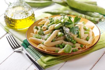 piatto vegetariano - pasta con fave, piselli e asparagi