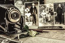 Antiker Fotoapparat Steht Vor Alten Fotografien. Nostalgie Konzept
