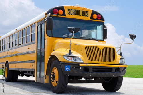Photo School bus on blacktop with clean sunny background
