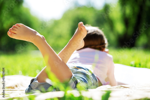 Foto auf AluDibond Picknick Girl in park