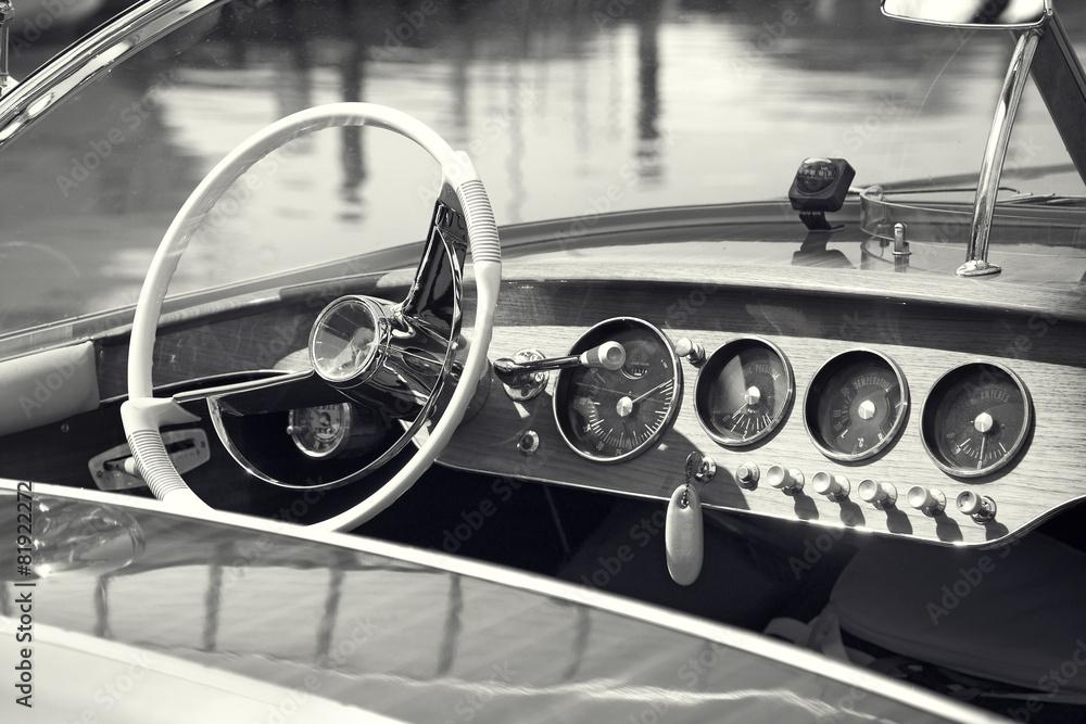 Photo  Vintage luxury boat commands