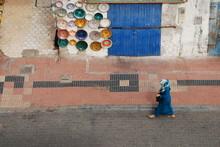 Femme Dans La Médina D'Essaou...