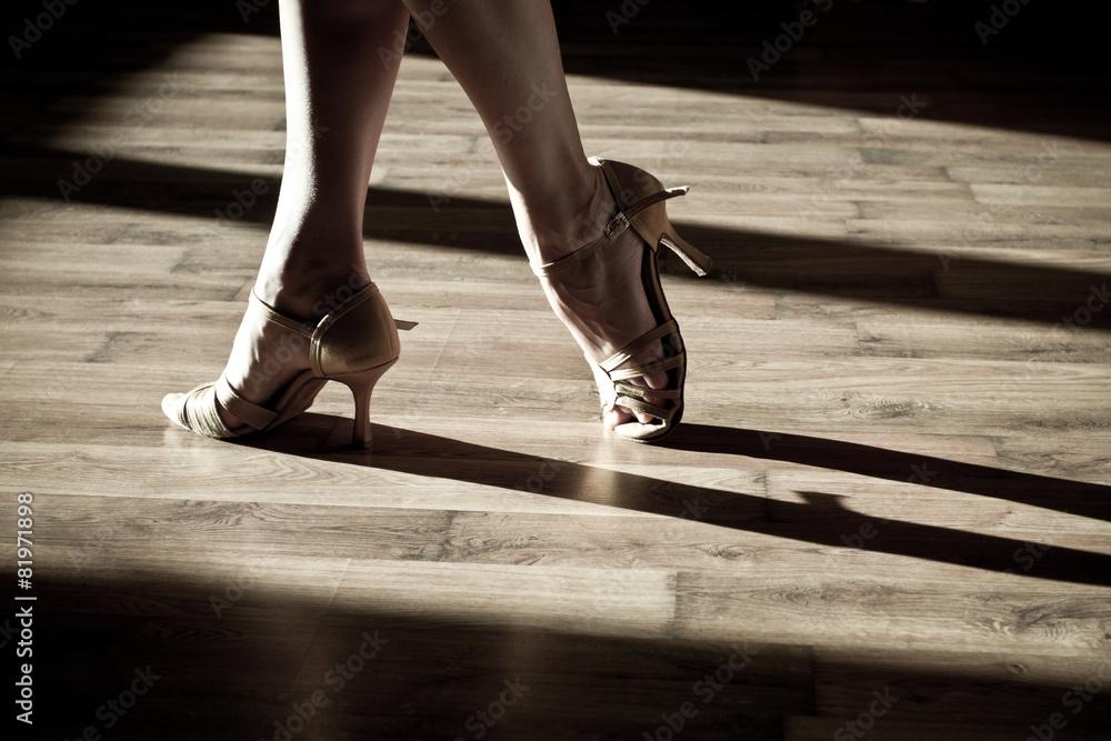 Foto  Weibliche Füße auf der Tanzfläche