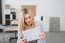 Frau Im Büro Liest Konzentriert Ein Formular