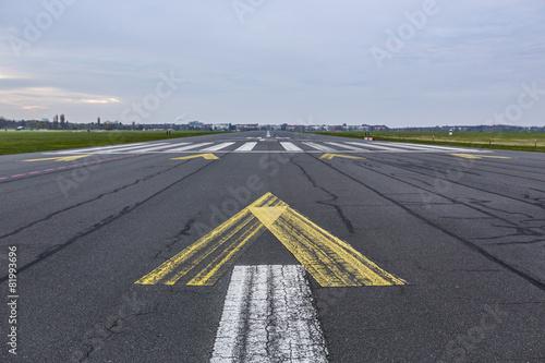 Flughafen Landebahn und Flugfeld bei Sonnenaufgang Canvas Print