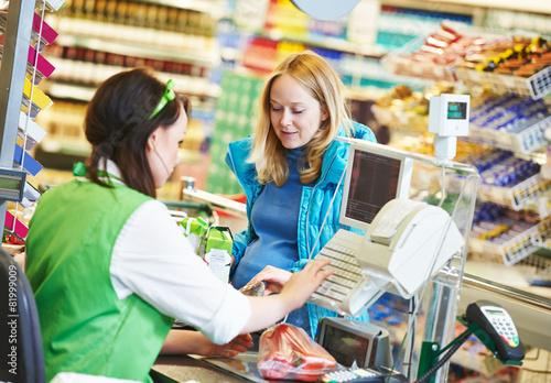 Fotografía  Compras. Salida en supermercado