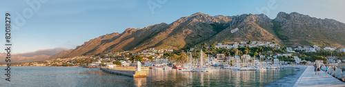 Foto op Aluminium Tunesië Panorama of Gordons Bay harbor and Hottentots-Holland Mountains