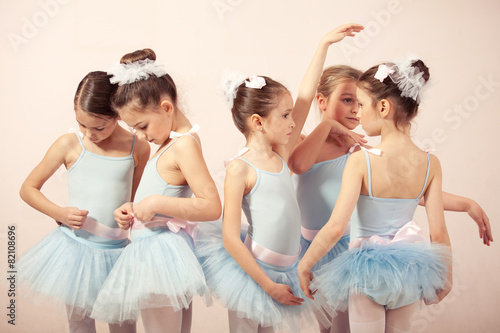 Photo  Group of five little ballerinas preparing for performance