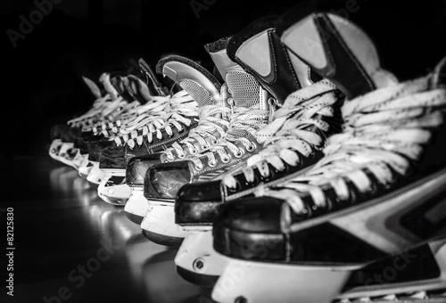 Fototapeta Hokejowe łyżwy ustawiane w szatni