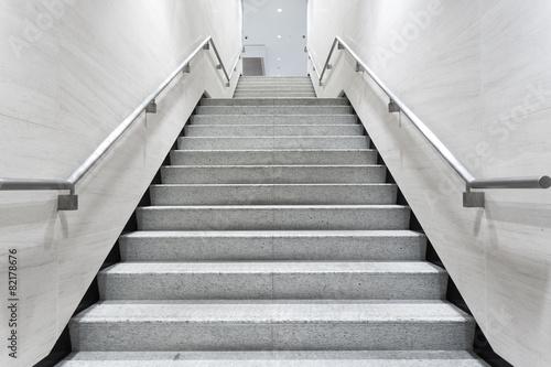 schody w korytarzu budynku