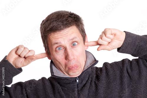 Fotografie, Obraz  Mann hällt sich die Ohren zu - isoliert