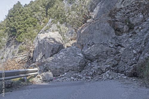 Fotografie, Obraz  Bergrutsch auf eine Strasse