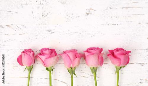 rozowe-roze-na-jasnorozowym-drewninym-tle