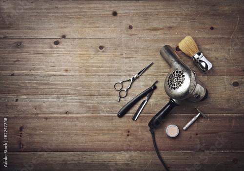 rocznika-fryzjera-meskiego-wyposazenie-na-drewnianym-tle