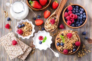 Obraz na Szkle Do baru Fresh healthy breakfast with granola and berries, wooden backgro