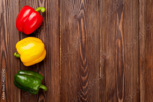 Fotografia Colorful bell peppers on wooden table