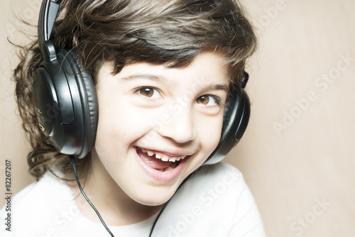 Niña sonriendo y escuchando música Poster