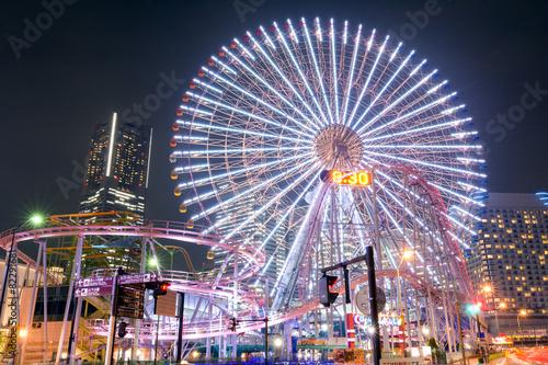 Poster Amusementspark ランドマークタワーをバックに観覧車夜景