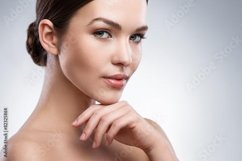Plakat Młoda kobieta z piękną twarzą