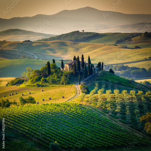 Photo  Tuscany, landscape and farmhouse in the hills of Val d'Orcia
