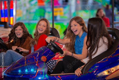 In de dag Amusementspark carnival bumper ride group of teens