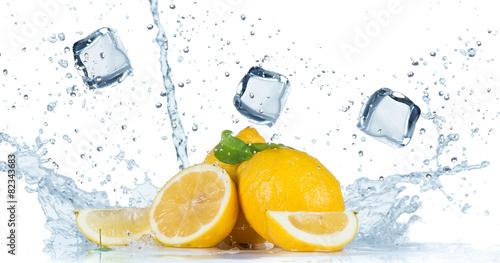 Spoed Foto op Canvas Opspattend water Fresh Fruit with water splash