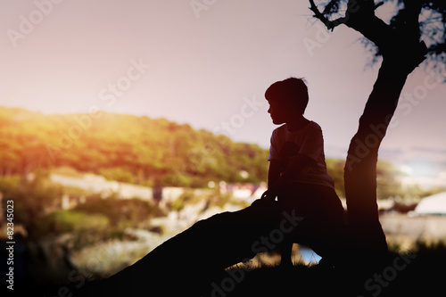 Photo niño solitario relajado